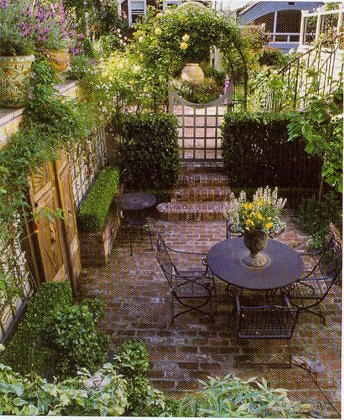 Small backyard home design idea for Small shady courtyard ideas